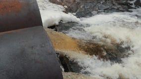 Abflussrohre, Umweltverschmutzung Ableitungshochwasserschutz Umweltfreundliches Transportmittel und erneuerbare Energie stock video