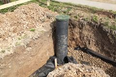 Abflussrohre und Inspektion gut für Abbau des Wassers von einem s Lizenzfreie Stockfotos