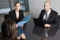 Abfrage mit Finanzberater in einem netten Stockfotos
