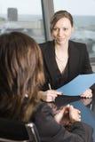 Abfrage mit Versicherungsagenten Stockbilder