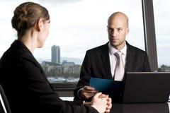 Abfrage mit Versicherungsagenten stockfoto