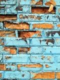 Abgebrochene blaue Farbe auf einer Backsteinmauer Stockbilder