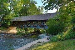 Abgedeckte Brücke über dem DuPage Fluss in Naperville, IL stockbild