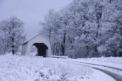 Abgedeckte Brücke im Schnee Stockbild