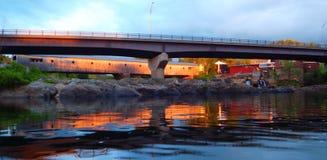 Abgedeckte Brücke am Sonnenuntergang stockfoto