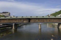 Abgedeckte hölzerne Brücke Stockfotografie