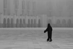 Abgedeckte moslemische Frau vor der Moschee Stockfotografie