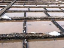 Abgedeckte Terrakotta des Seesalzes Haufen auf der Straße, die die Salzstraße genannt wird und ist für seine zahlreichen Tausends Lizenzfreie Stockbilder