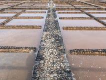 Abgedeckte Terrakotta des Seesalzes Haufen auf der Straße, die die Salzstraße genannt wird und ist für seine zahlreichen Tausends Lizenzfreie Stockfotos