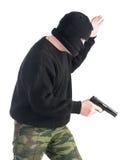 Abgedeckter Mann mit Gewehr Stockfoto