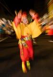 Abgedeckter Tänzer an einem Nachtfestival in Japan Lizenzfreie Stockbilder