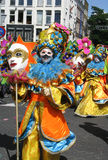 Abgedecktes Mädchen auf carnaval Parade lizenzfreie stockfotos