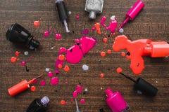 Abgefüllter Lack von den Flaschen auf einem hölzernen Hintergrund Plan und Schablone für den Designer, die flache Lage und den Ko stockfoto