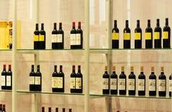 Abgefülltes alkoholisches Getränk auf Regal Stockfotografie