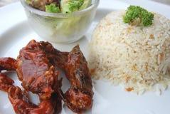 Abgefeuerte Babykrabbe mischte BBQ-Soße mit gebratenem Reis des Knoblauchs bei Lizenzfreies Stockbild