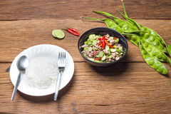 Abgefeuerte Parkia speciosa Bohnen mit traditionellem thailändischem Lebensmittel des Dampfreises (Ka-PU MOO Felsen Auflage Sa) v Stockfotos
