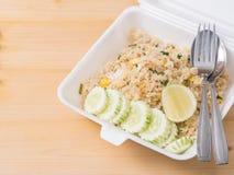 Abgefeuerter Reis mit geschnittener Gurke und Zitrone, thailändisches Artlebensmittel im Schaumpaket Stockfotos