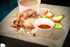 Abgefeuertes Schweinefleisch auf Reis mit Suppe lizenzfreie stockfotos