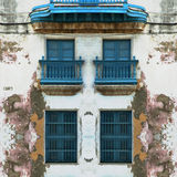 Abgefressene alte Havana-Fassade mit blauen Fenstern Lizenzfreie Stockfotografie
