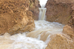 Abgefressene Bodenabnutzung des Wassers schnell. Stockfotografie