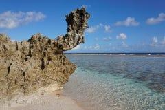 Abgefressene Felsformation auf Küste Französisch-Polynesien Stockfotografie