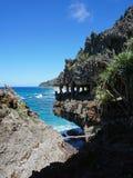 Abgefressene Küstenklippe, die wie Monstermund aussieht Lizenzfreie Stockbilder