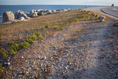 Abgefressene Kalksteinstapel entlang der Küstenlinie auf der Insel von weit Stockfotos