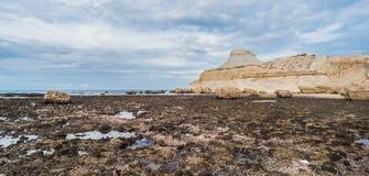 Abgefressene Klippe auf der felsigen Küste Stockfoto