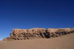 Abgefressene Steinwand in der Wüste Stockbilder