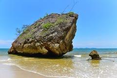 Abgefressener Felsen entlang dem Strand bei Krabi Stockfotos