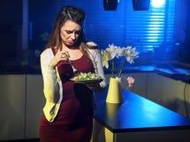 Abgefundene Dame, die einen Salat isst stockbilder