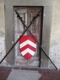 Abgehaltene Tür mit mittelalterlichen gekreuzten Stangen und Schild Eintritt blockiert Zugriff verweigert Stockfotos