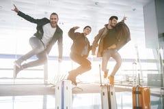 Abgehende Männer, die Spaß im Flughafen haben stockbilder