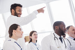 Abgehende Therapeutik, die Vortrag in der Klinik betrachtet Lizenzfreies Stockbild