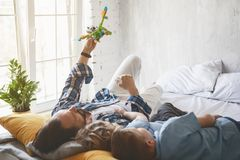 Abgehender Vati, der gute Zeit mit Kindern hat Stockbild