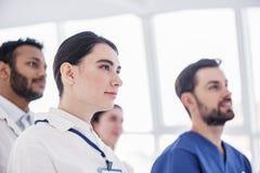 Abgehendes therapeutisches Hören bei der Sitzung in der Klinik Lizenzfreie Stockbilder