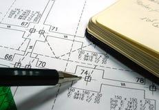 Abgehobener Betrag, Feder und Notizbuch Stockfoto