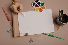 Abgehobener Betrag im Sketchbook Draufsicht des kreativen Künstlerarbeitsplatzes Backgrou lizenzfreie stockfotografie