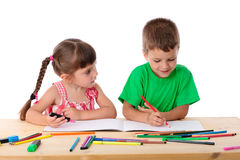 Abgehobener Betrag mit zwei Kleinkindern mit Zeichenstiften Lizenzfreie Stockfotos