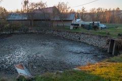 Abgelassener Teich voll des Schlammes stockfotos