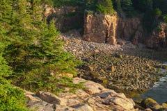 Abgelegene Bucht füllte mit rosa Granitklippen und felsigen Flusssteinen Lizenzfreie Stockbilder
