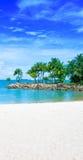 Abgelegene Lagune mit freiem blauem Himmel Stockbild