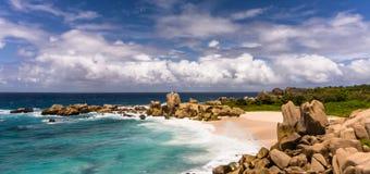 Abgelegene tropische Strandgranitfelsen Stockbild