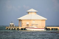 Abgelegener Kai Grand Cayman-Insel mit Booten stockbild