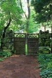 Abgelegener Platz im Wald, mit schönem Tor und Steinwand, Yaddo-Garten, Saratoga, 2017 Lizenzfreie Stockbilder
