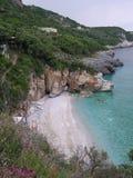 Abgelegener sandiger Strand in Griechenland Stockfotografie