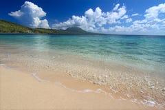 Abgelegener Strand auf Heiligem Kitts stockfotografie