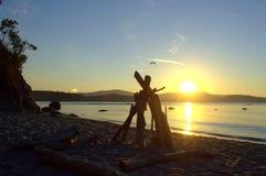 Abgelegener Strandsonnenuntergang Stockfotos