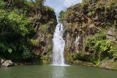 Abgelegener tropischer Wasserfall Stockbild