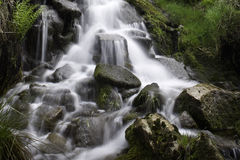 Abgelegener Wasserfall Lizenzfreie Stockfotos